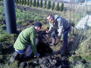 Cirre och Marcus gräver en brunn